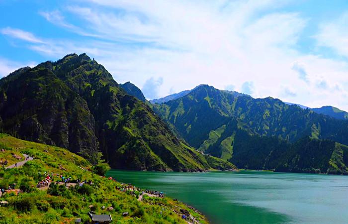 <新疆乌鲁木齐+喀什+丝绸之路+塔克拉玛干+天山大峡谷+博斯腾湖10日游>